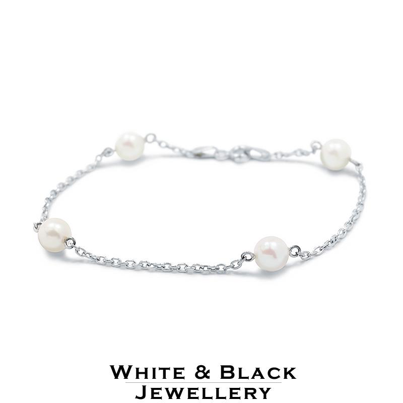 Az értékesnek számító fehérarany gyűrű gyémánt kővel