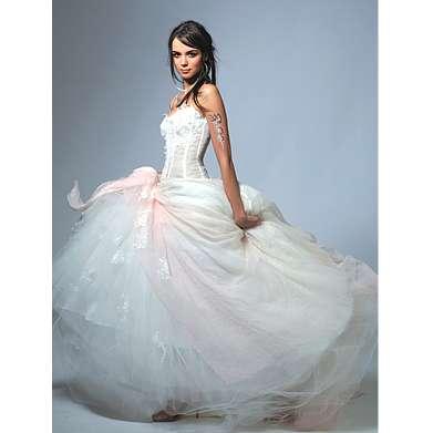Tanácsokat ad az esküvői ruhaszalon Budapesten