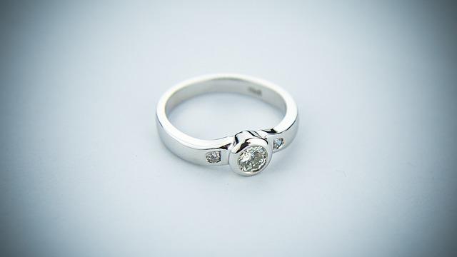 Büszkeséggel viselt karikagyűrű